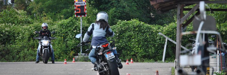 un élève en moto sur la piste