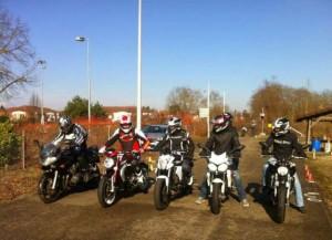 4 motards sur la piste