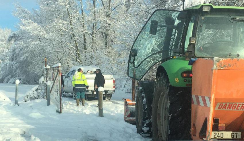 un chasse-neige sur la piste